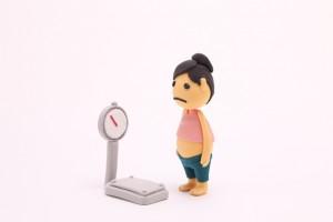 肥満女性と体重計